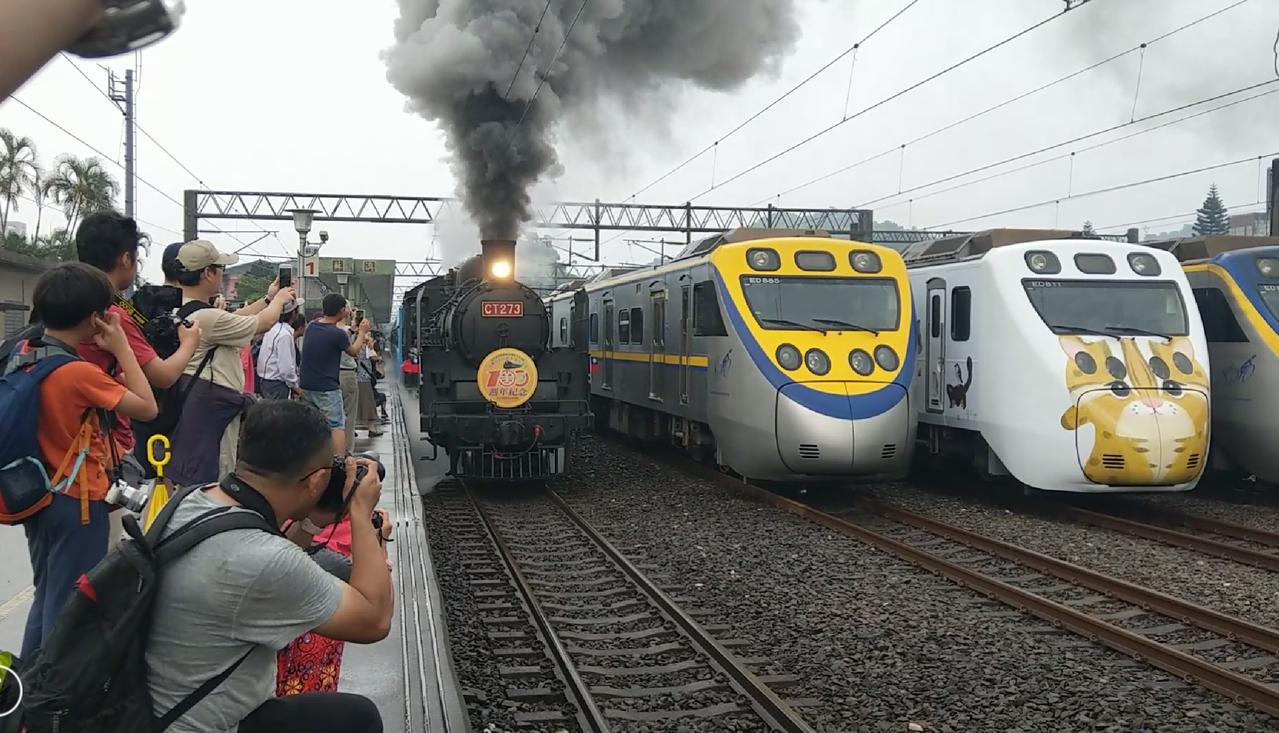 有「機關車女王」之稱的CT273蒸汽火車從宜蘭蘇澳火車站出發,吸引很多鐵道迷爭相...