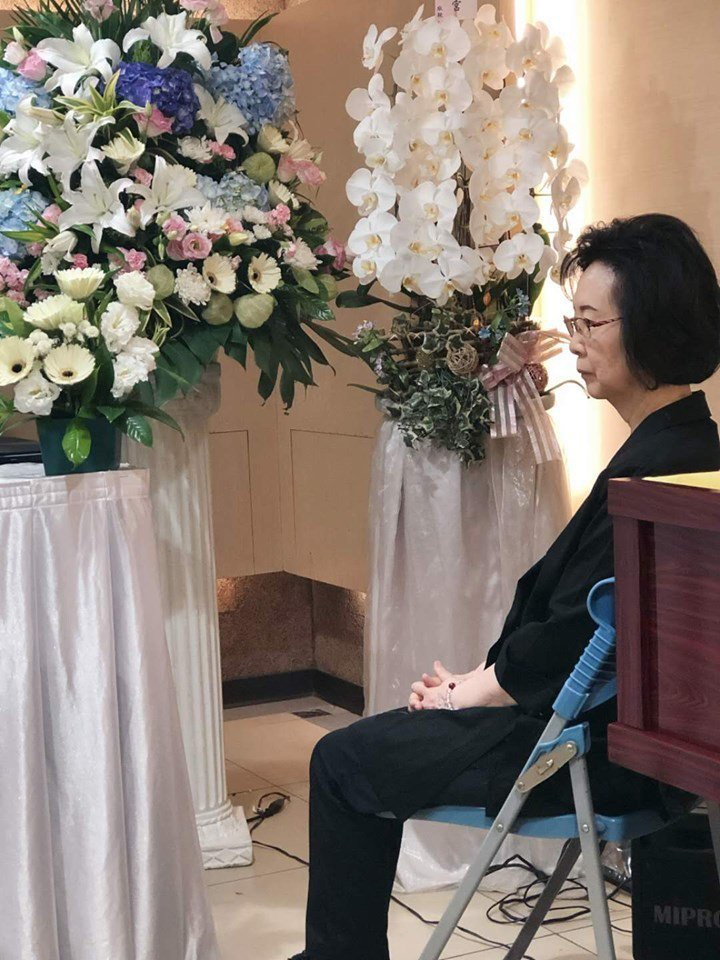 瓊瑤呆坐靈堂,送別摯愛平鑫濤。圖/摘自臉書