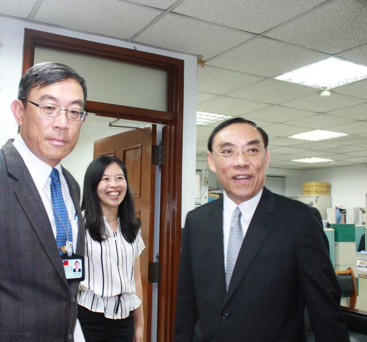 英國媒體來台採訪法務部長蔡清祥(右),台北地檢署檢察長邢泰釗(左)。圖/資料照片