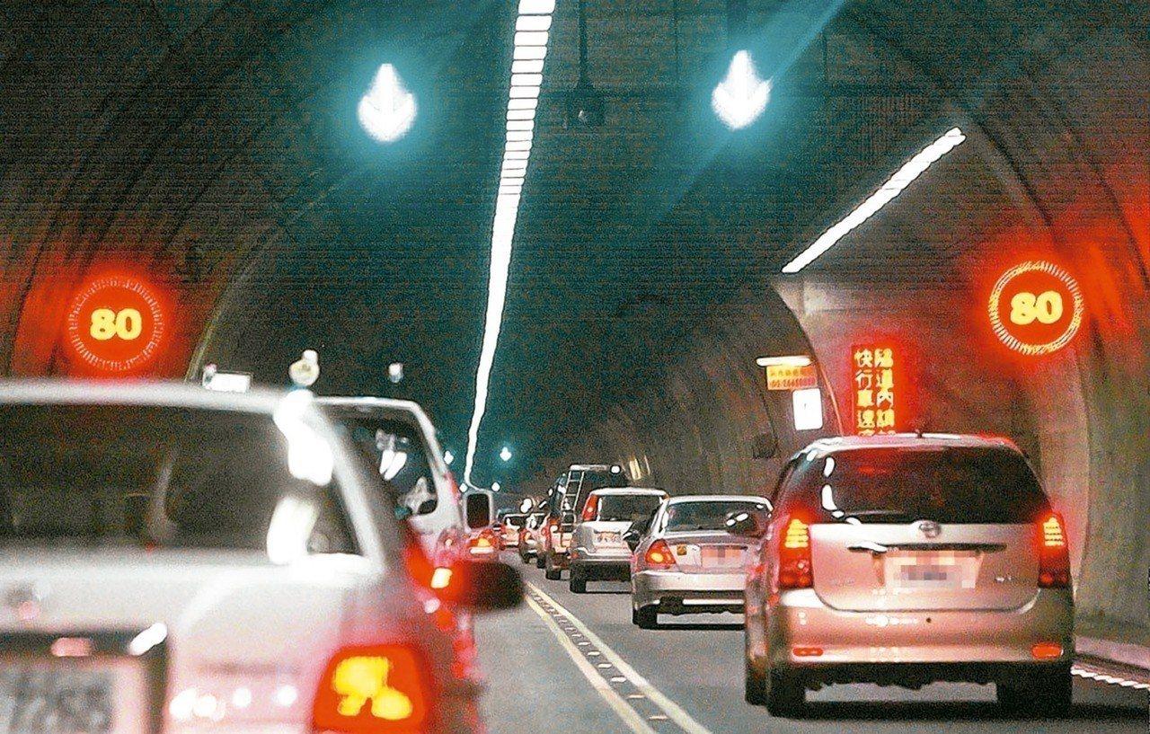 交通部長林佳龍昨視察國五坪林行控中心,有民眾表達希望雪隧提高速限並開放大貨車通行...