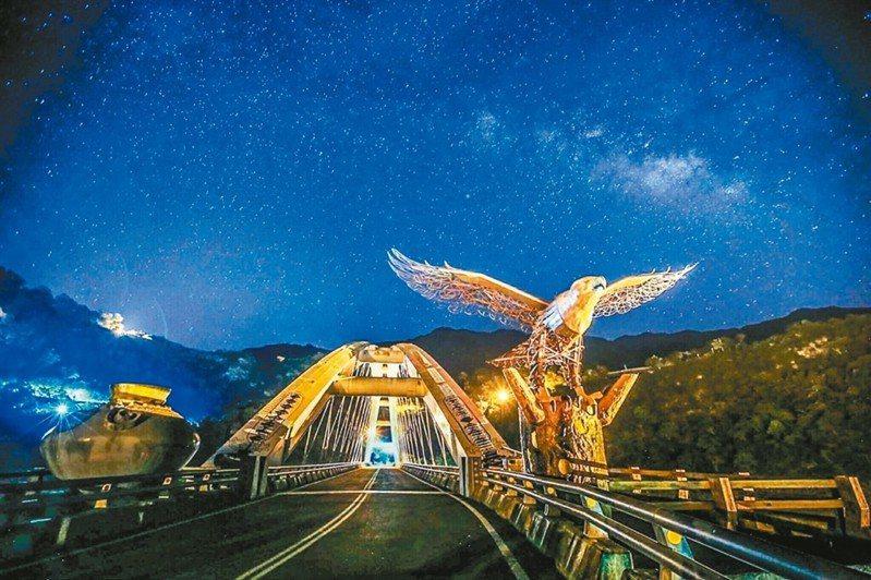 茂林多納大橋是八八風災後重建的新橋,橋頭兩側有老鷹與陶甕,後方天際銀河是季節限定版。 圖/攝友姚志偉提供