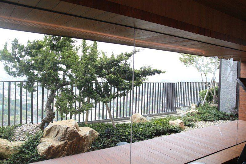 台中市發布「鼓勵宜居建築及回饋辦法」,放寬建築法規,建案規畫垂直綠化設施,可增加總樓地板面積10%容積。圖/台中市都發局提供