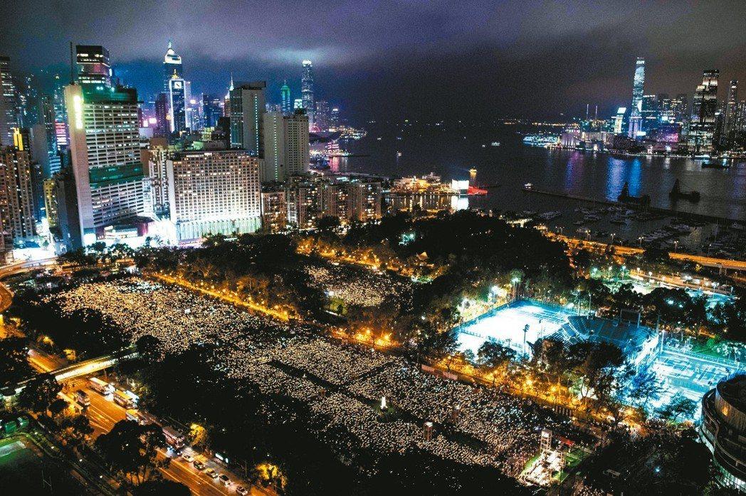 四日晚間,香港舉行「六四」30周年燭光晚會,民眾手拿蠟燭表示悼念。 路透