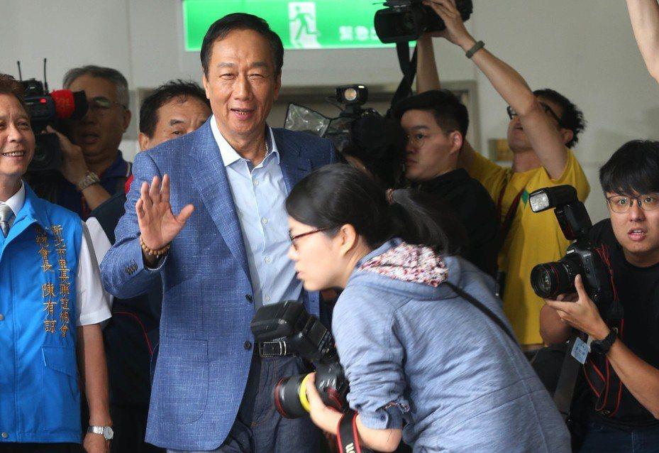 鴻海董事長郭台銘(左二)昨天以國民黨總統初選參選人身分,出席全國村里長聯誼會。 記者林俊良/攝影