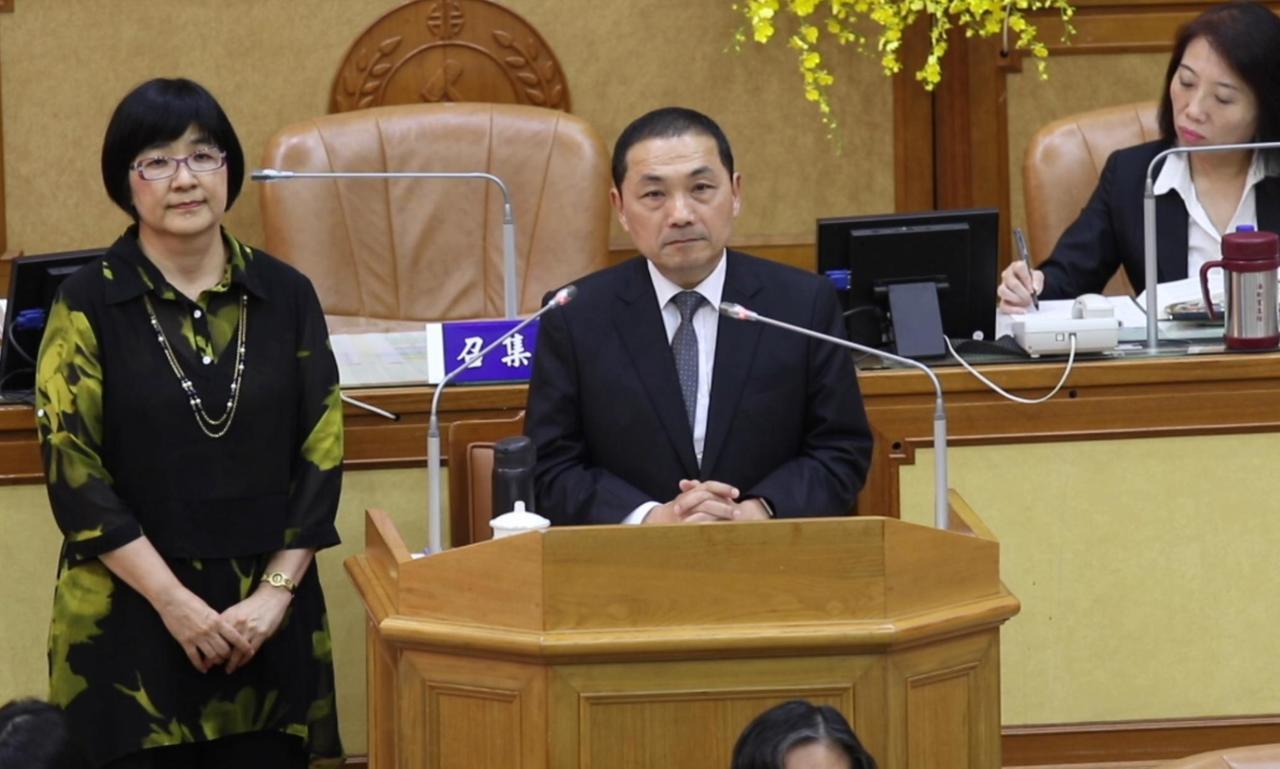 新北市長侯友宜(中)指出,沒有經濟能力的小爸媽,經社工做評估,可以給予免費入托。...