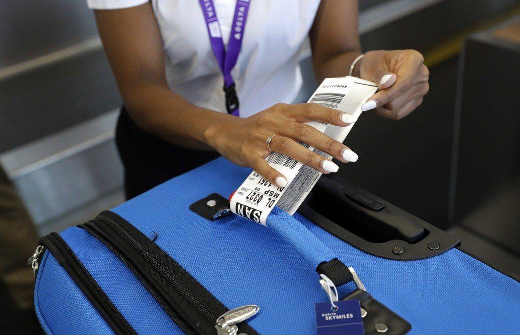 達美航空的行李標籤都附上無線射頻辨識功能,方便追蹤。 (美聯社)