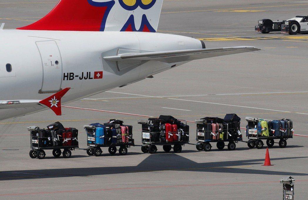瑞士蘇黎世機場的行李運輸車。轉機時若班機延誤,會提高行李遺失風險。 (路透)