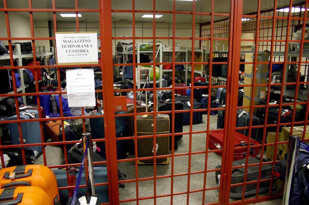 義大利羅馬機場的遺失行李招領處,被搞丟的行李堆積如山。 (歐新社)