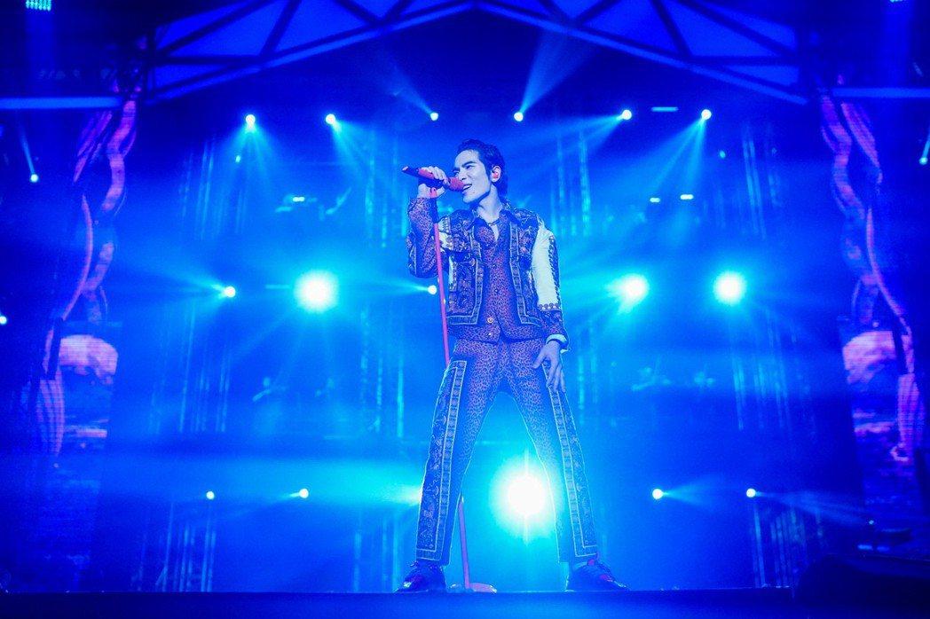 蕭敬騰的「娛樂先生世界巡迴演唱會」香港站,5日一早開賣隨即完售。圖/華納提供