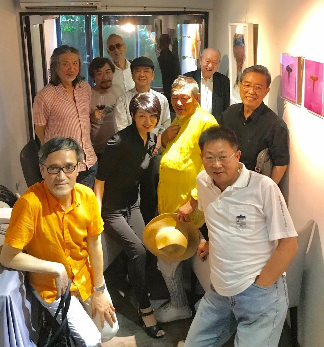 楊林開畫展和畫家老師們合照。  圖/楊林提供