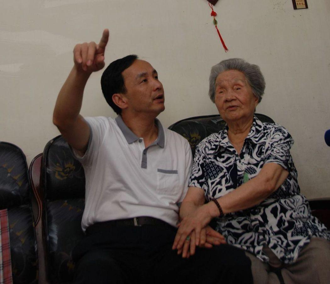 朱立倫外婆95歲高齡時,還親手搓湯圓幫愛孫準備下午茶。 圖/朱立倫提供