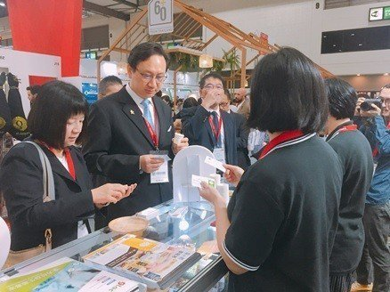 駐泰代表童振源(左二)對於豐華生技展出的創新產品表示肯定。 豐華生技/提供