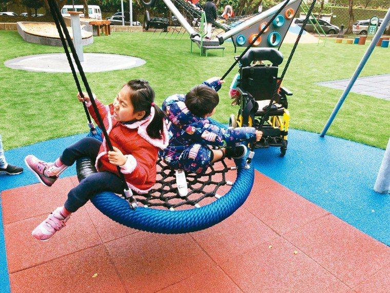 鄭淑娟聯合許多家長推動共融遊戲場,讓有身心障礙的黃澄寗(左)可以與弟弟黃睦恆一起...