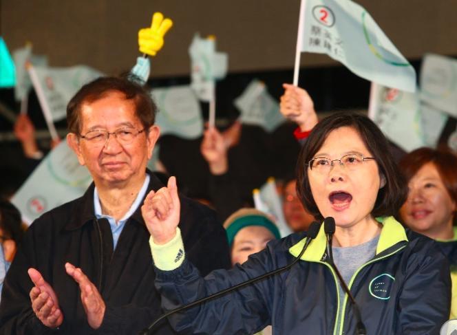 2016年總統大選最後關鍵時刻,中研院前院長李遠哲(左)為蔡英文助選。 圖/聯合...