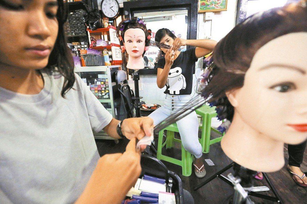 衛福部食藥署預告訂定草案,要求所有染髮劑、燙髮劑、脫色脫染劑產品,未依規定標示最...