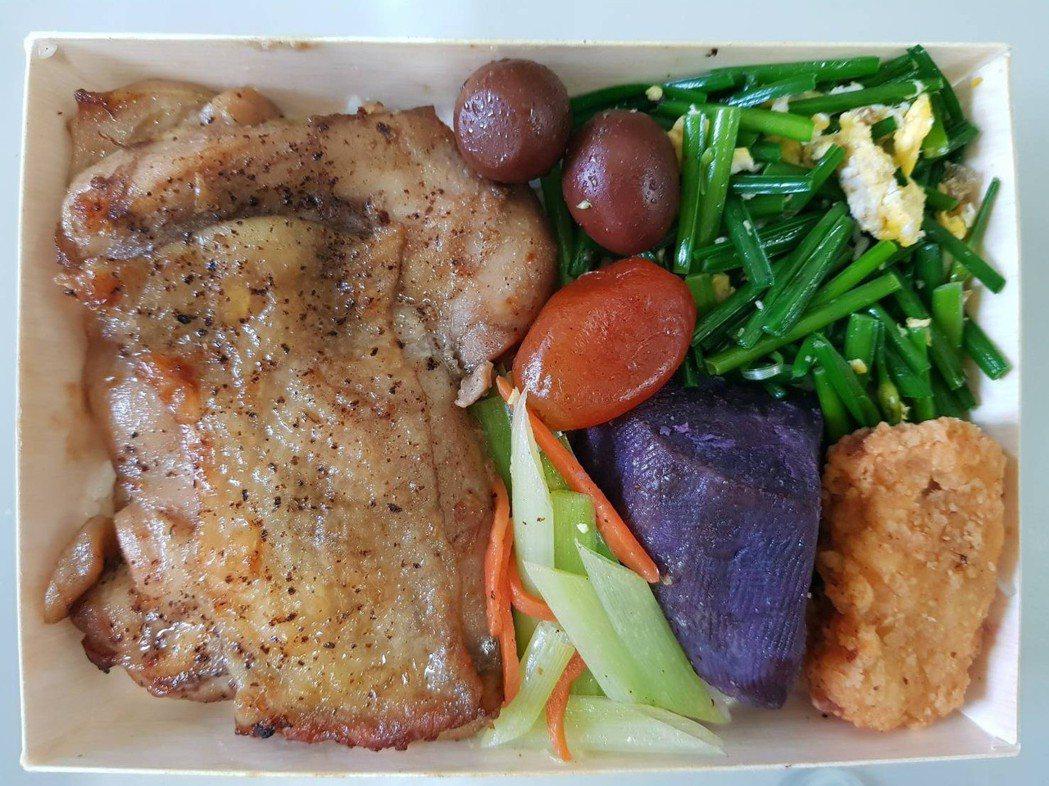 台鐵花蓮餐務室即將在6月底推出的洄瀾馬告雞排便當。 圖/台鐵局提供