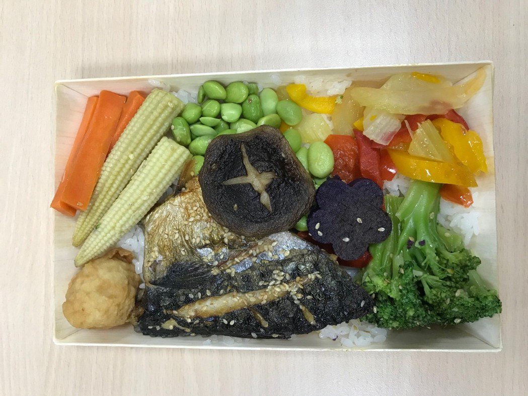 台鐵台中餐務室曾推出蔬柿旗魚便當,由於旗魚供貨不穩定而停賣,改以鯖魚替代。 圖/...