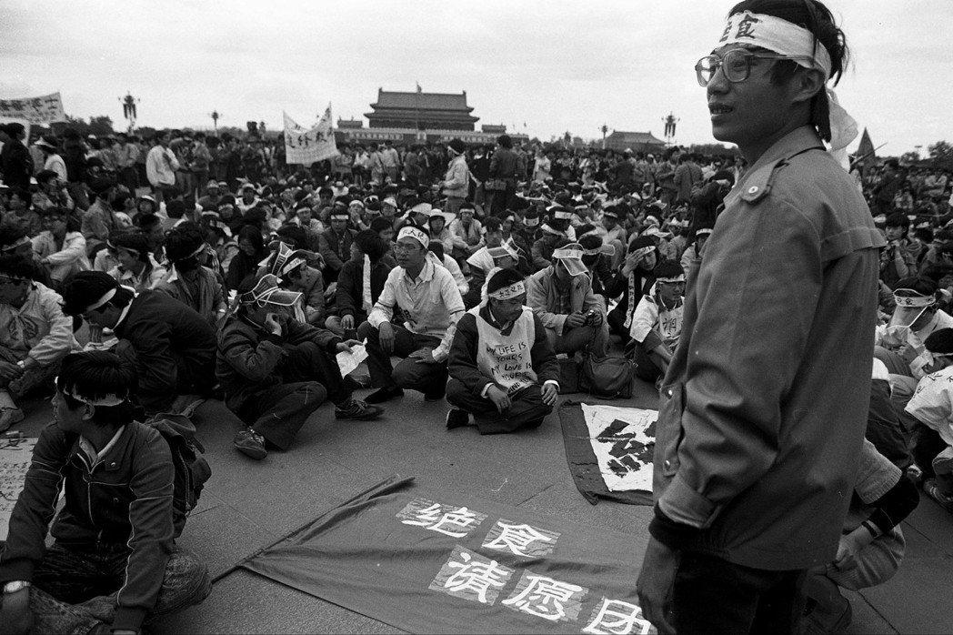 八九學運領袖王丹(立者)。 圖/謝三泰攝、允晨文化提供
