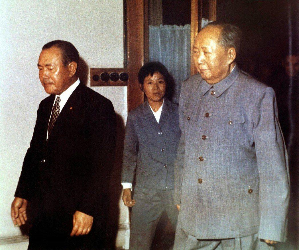 日本首相田中角榮(左)與毛澤東(右)在1972年,雙方發布聯合聲明,完成中日關係...