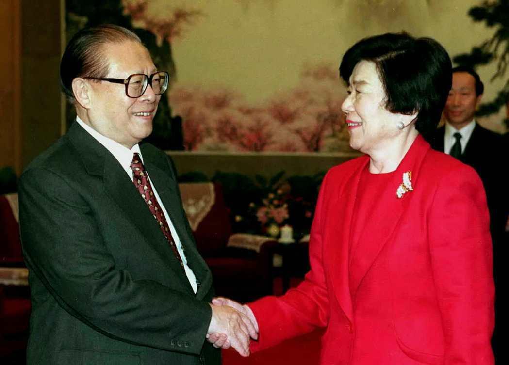 日本史上第一位女性黨主席:土井多賀子(右),在六四事件發生後,為了避免影響選情,...