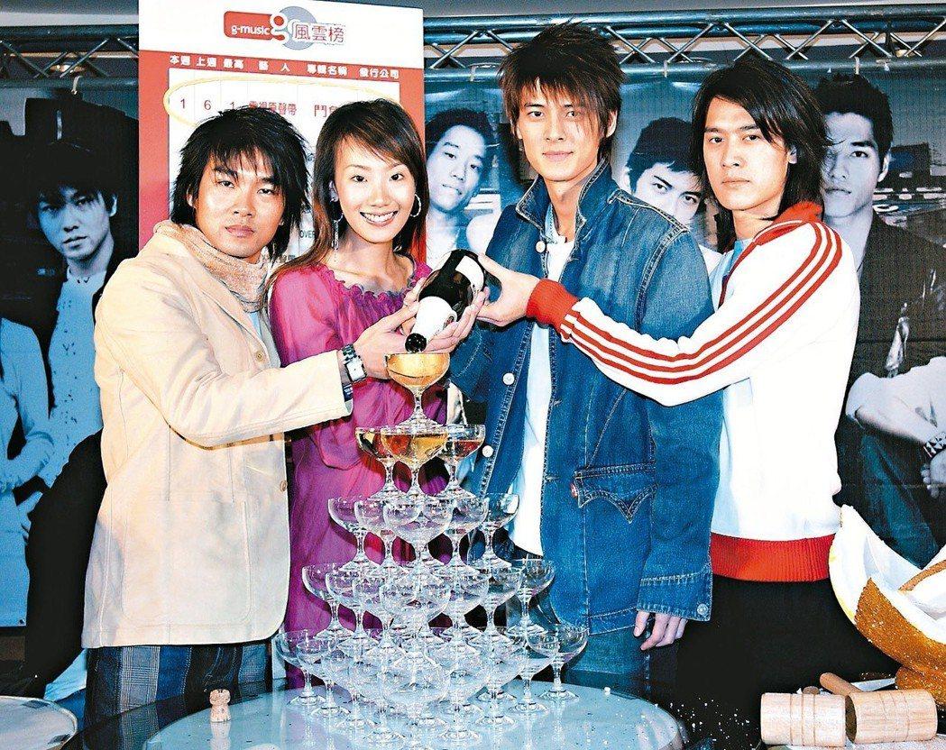2004年「鬥魚」原聲帶熱賣,謝承均 (左起)、陸明君、郭品超、張勛傑齊聚慶功。...