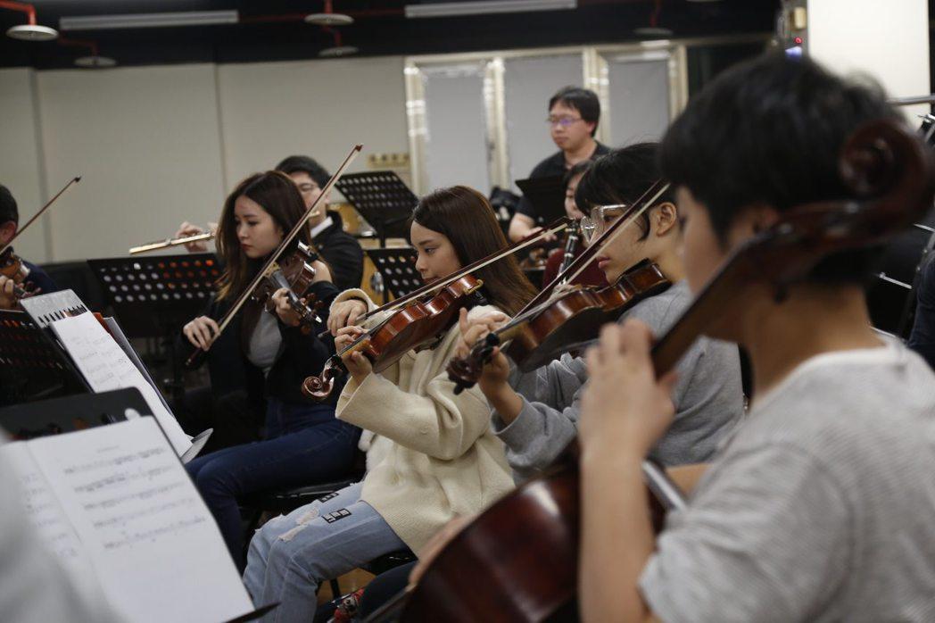台北愛樂青年管弦樂團現場伴奏,十六人編制創造多元層次的聽覺質感。 天作之合劇場/...