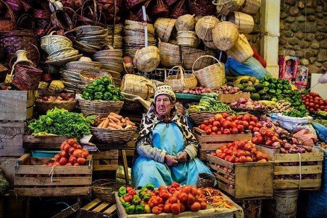 玻利維亞傳統市集裡有各式各樣便宜的食物,很適合旅人探險。圖/擷自flickr,女...