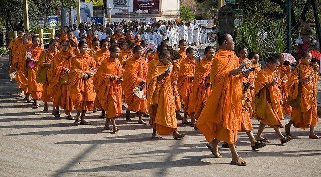 柬埔寨是宗教氛圍濃厚的國家,街頭上常常會有各式各樣的儀式或活動。圖/擷自flic...