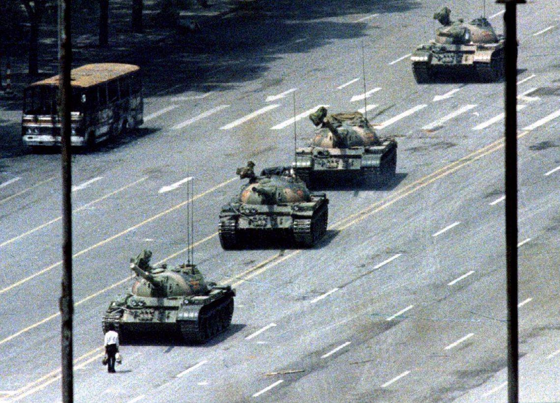 Arthur Tsang 攝,從北京飯店拍攝的坦克人畫面 圖/路透社