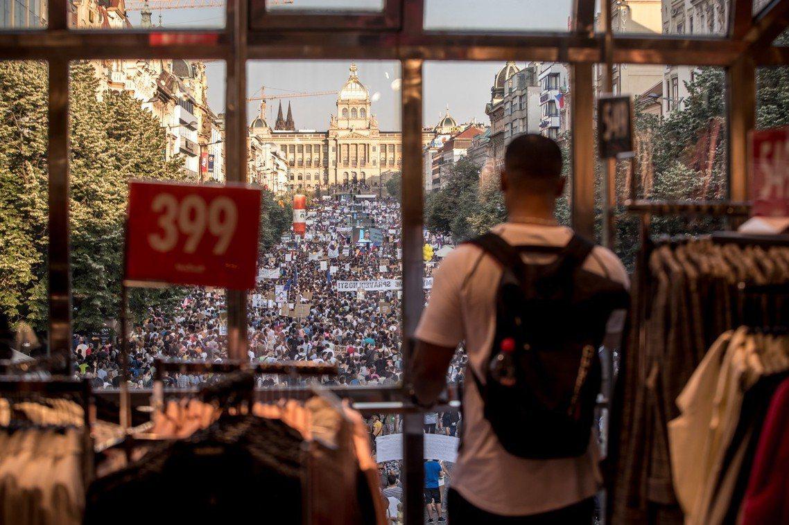 捷克「富翁」總理涉嫌詐領歐盟補助,6月4日超過12萬人湧入首都布拉格街頭抗議,是...