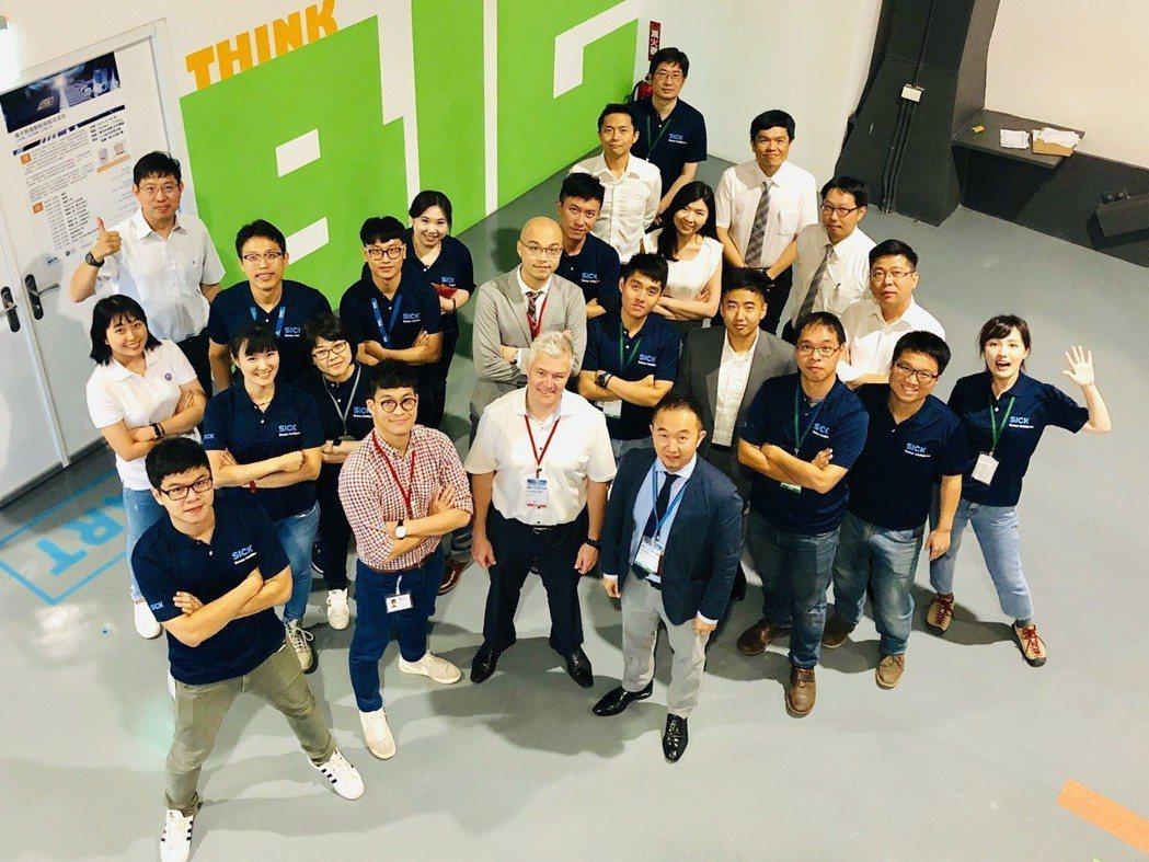 電子智造創新技術交流日主講講師與出席貴賓及工作團隊合影。 台灣西克/提供