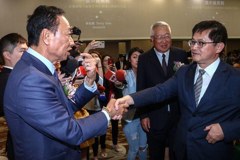 郭台銘(左)與和碩董事長童子賢(右)握手泯恩仇。攝影/蔡親傑