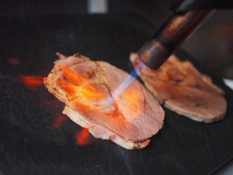 (圖/台灣旅行趣) ▲升級「熾燒蔬食」版本,除了會將每片叉燒直火炙燒外,還會附上...