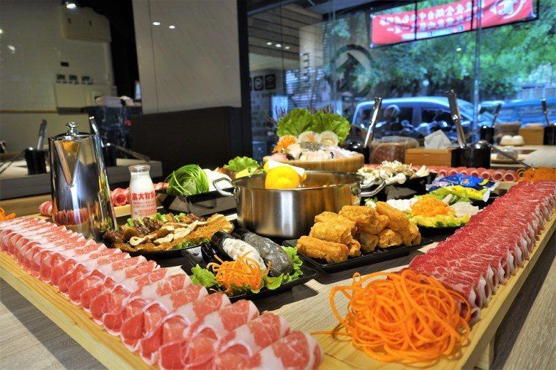 (圖/台灣旅行趣) ▲多到要繞滿一桌才夠放的肉盤。