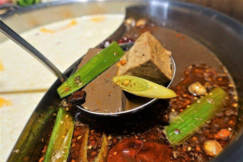 (圖/台灣旅行趣) ▲鍋裡的鴨血跟豆腐,居然都是無限量供應的。