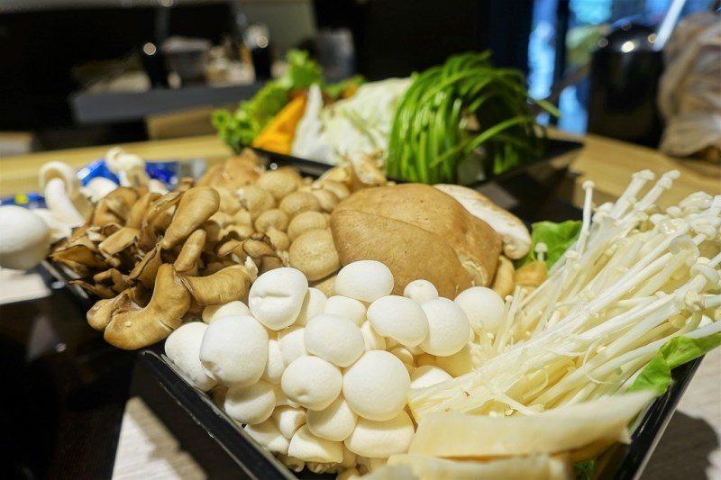 (圖/台灣旅行趣) ▲店裡有的菇類(香菇、金針菇、袖珍菇、舞菇、雪白菇、鴻喜菇、...