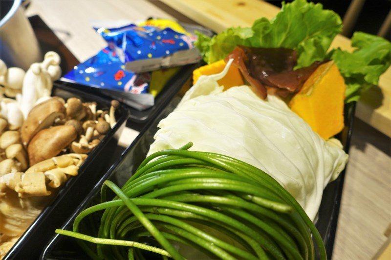 (圖/台灣旅行趣) ▲蔬菜拼盤也都裝得滿滿的,尤其水蓮爽脆的口感非常解膩喔。
