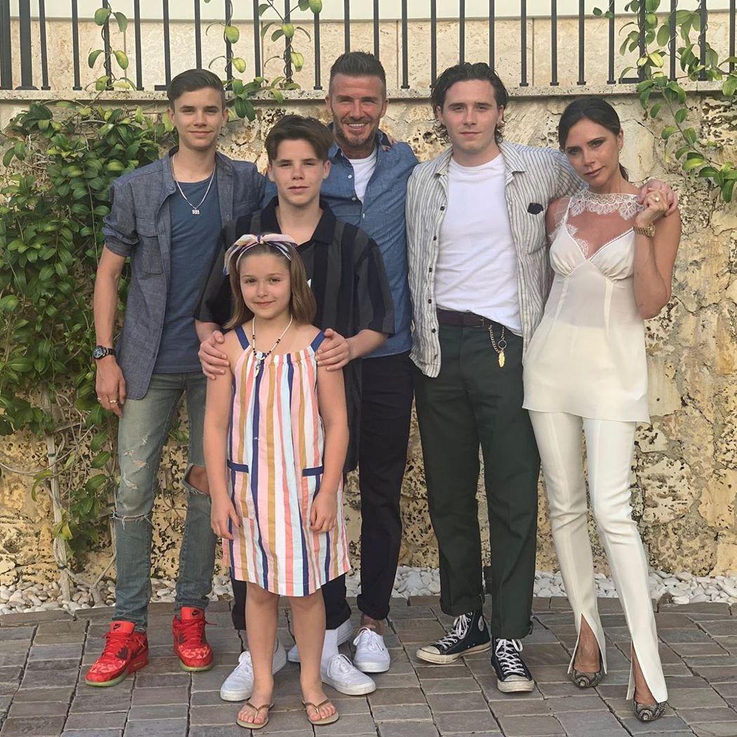貝克漢一家近日到邁阿密度假,老大布魯克林(右二)的女友在家族合照中完全不見蹤影。...