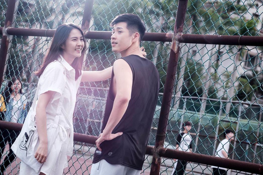 魏蔓(左)飾演吳岳擎學姊。圖/歐銻銻娛樂提供