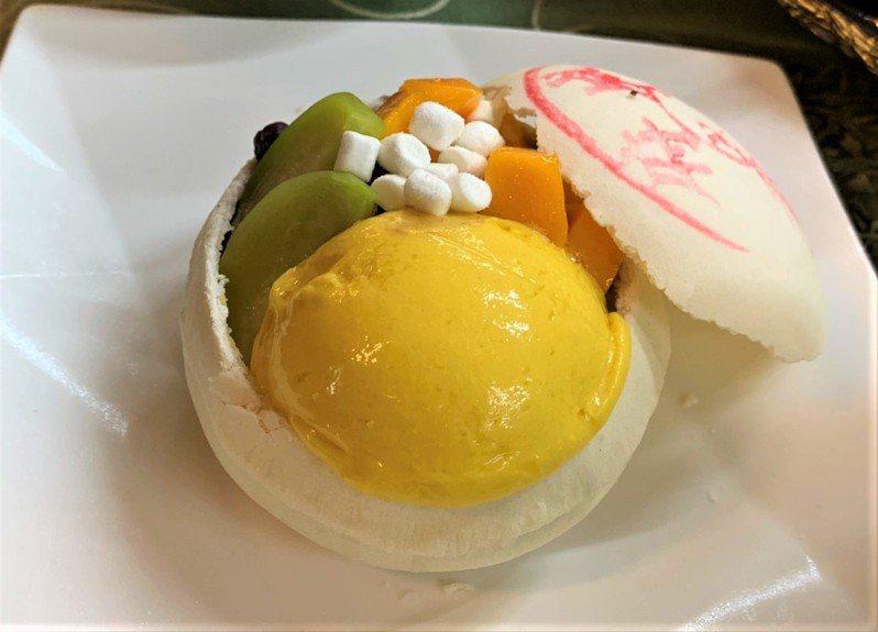 台南左鎮區農會今年新推出「芒果椪一夏」甜點,台南椪餅與台南愛文芒果的美妙結合 。記者吳淑玲/攝影