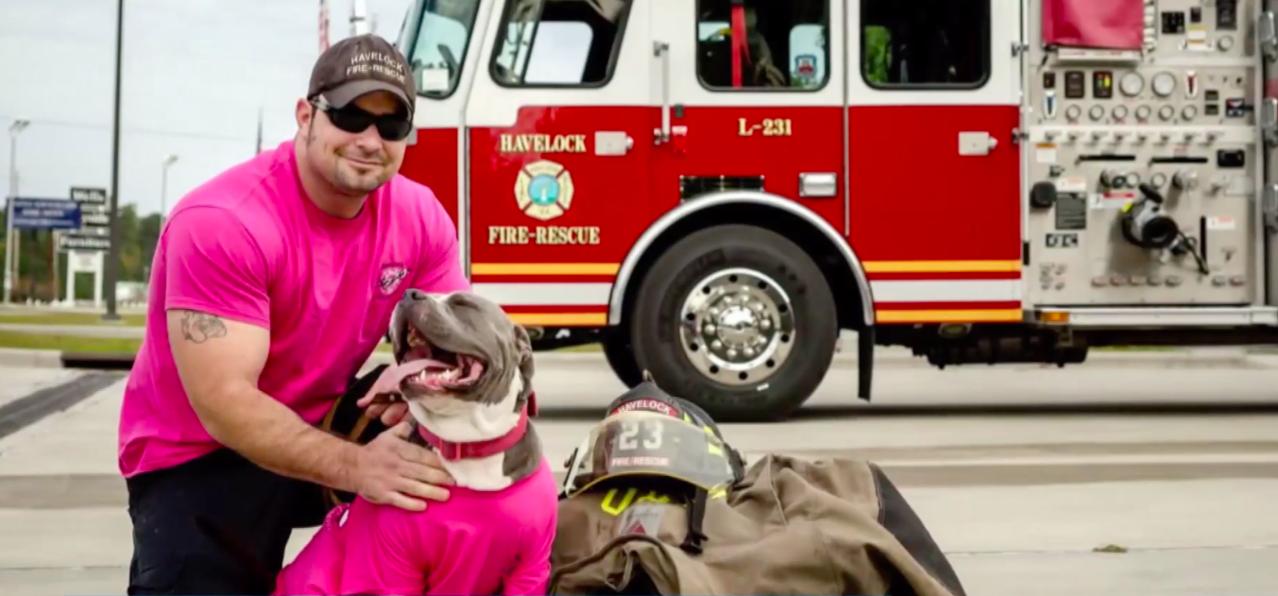 佩姬的父親查理現任消防隊員。截自YouTube