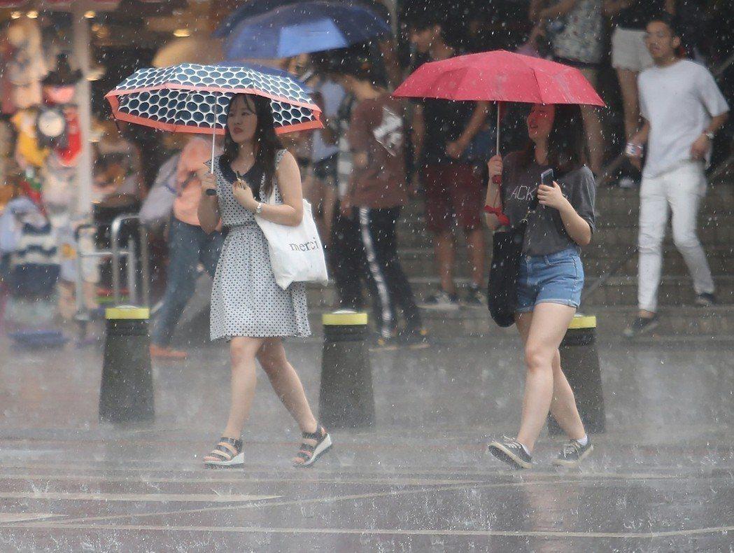 8日鋒面接近,各地天氣轉不穩定,會出現較大雨勢。本報資料照片