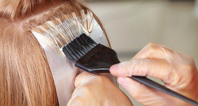 皮膚科醫師表示,一般來說,相較於燙髮劑與脫色脫染劑,染髮劑所含有害化學成分較多,臨床上建議民眾能不染就不染。圖/shutterstock