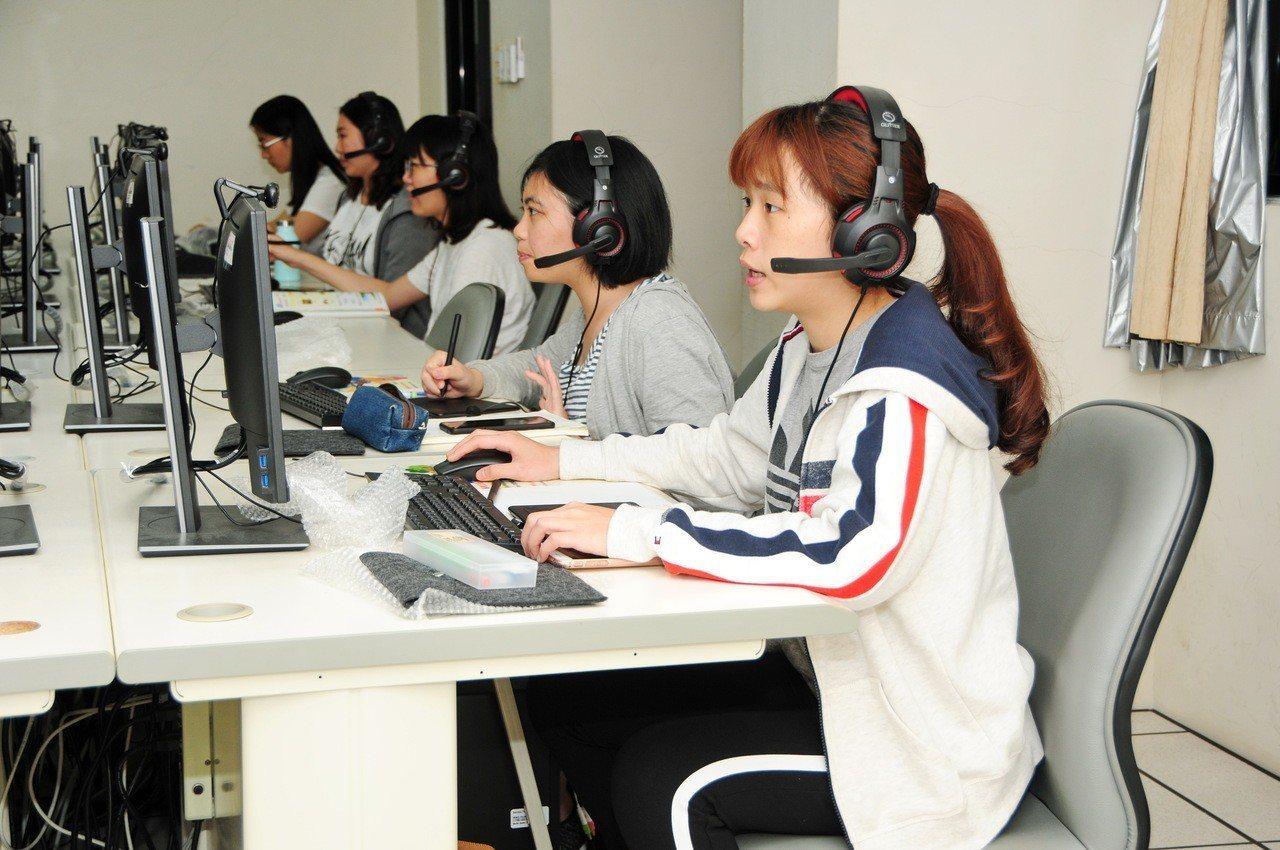 靜宜大學推出「數位學伴計畫」,大學生透過視訊,對偏鄉小學生課後輔導。圖/靜宜大學...