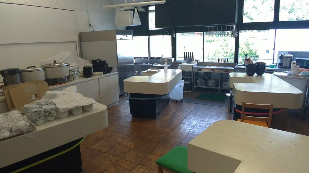 實驗教室改造成料理教室,實驗台變成現成的料理台。記者蔡佩芳/攝影