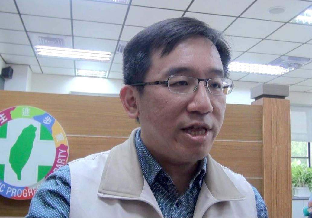 民進黨高雄市議員陳致中今指,向高市新聞局調市長行程資料,發現市長韓國瑜平均一天不...