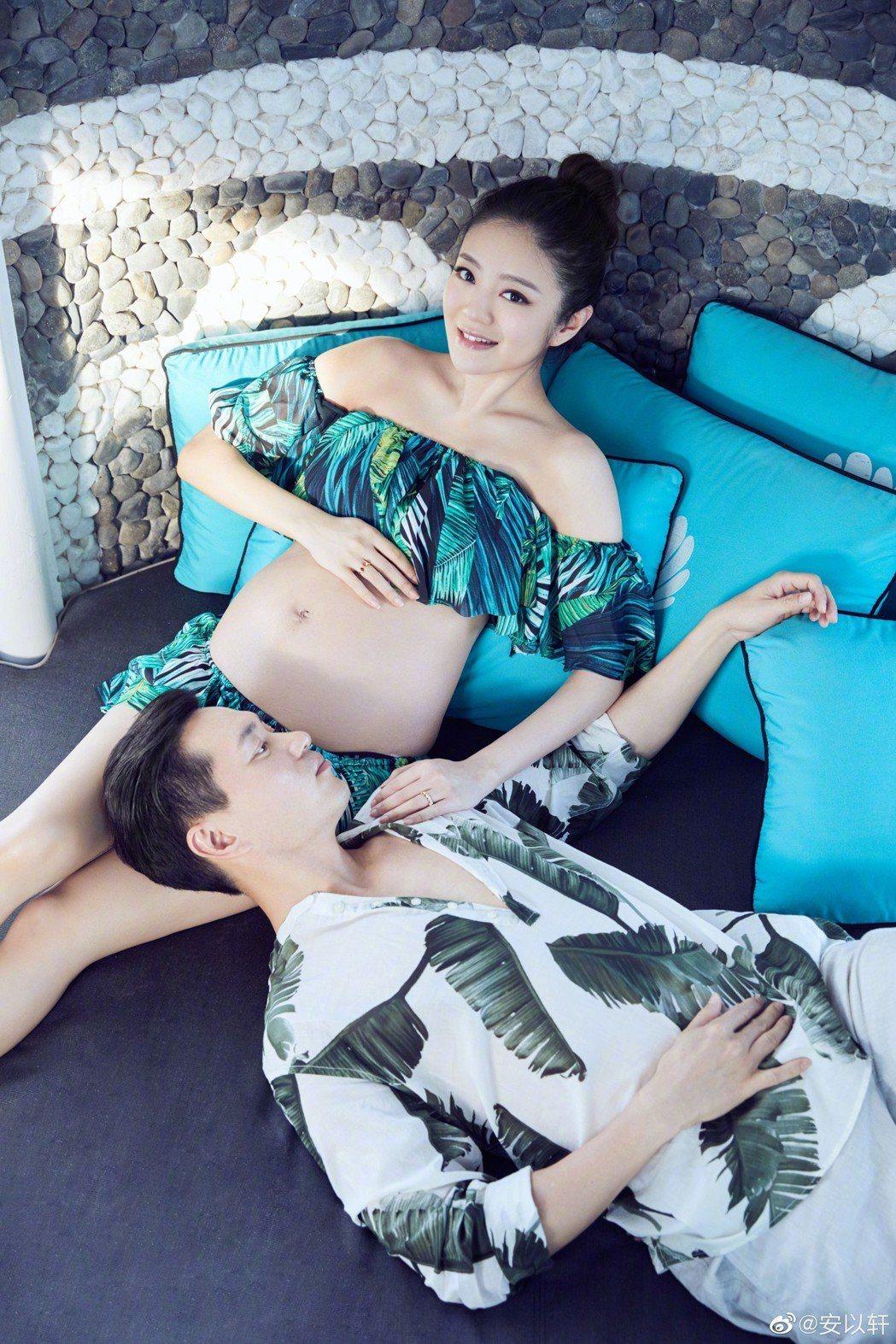 安以軒和老公一起拍攝孕婦寫真。圖/摘自微博