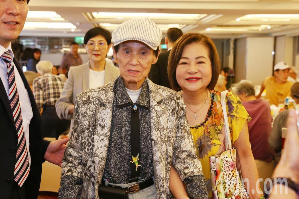 華視舉辦資深藝人端午聯歡餐會,歌手文夏(中)與文香一同出席。記者曾原信/攝影