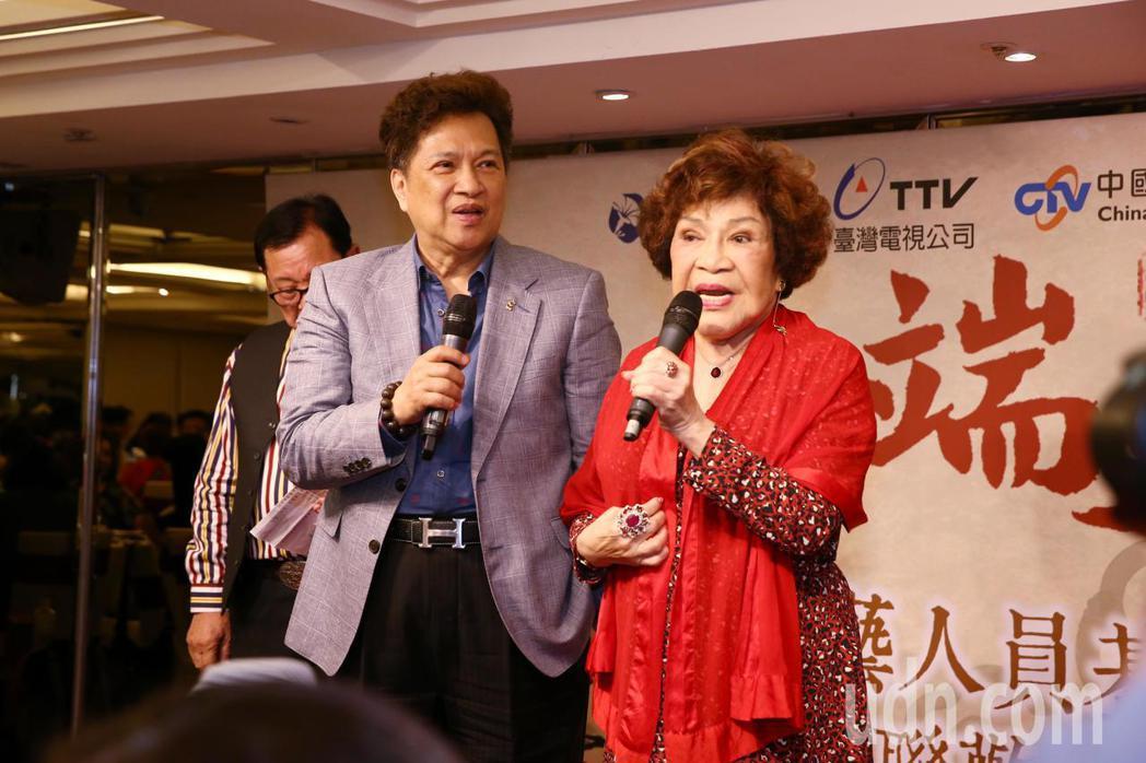 華視舉辦資深藝人端午聯歡餐會,藝人周遊(右)與李朝永。記者曾原信/攝影