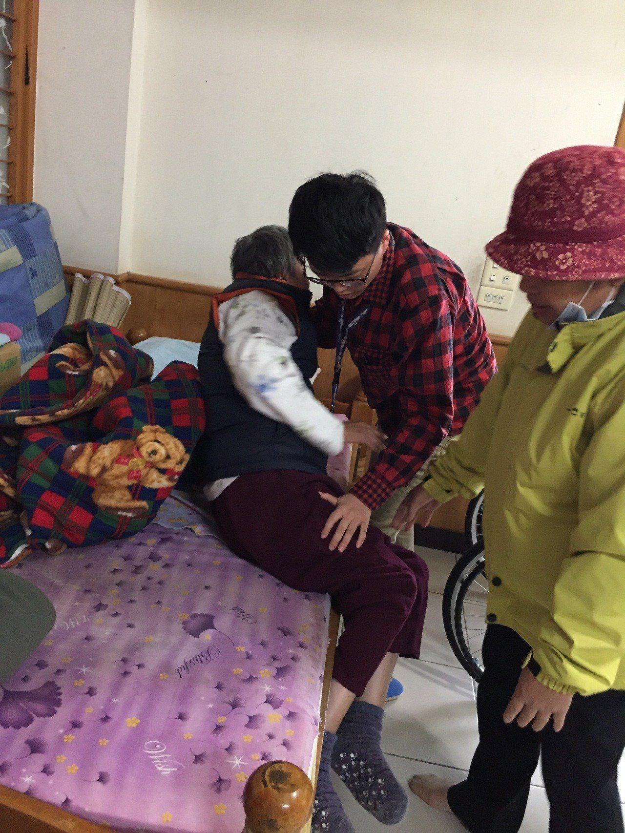 若家中有需要照顧者,只要符合規定就可申請長照服務。圖/花蓮縣衛生局提供